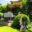 Gyönyörű színes kert elöl egy virágfuttató obeliszkkel