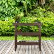 Fa teraszon elhelyezett barna színű dardok palántázó asztal